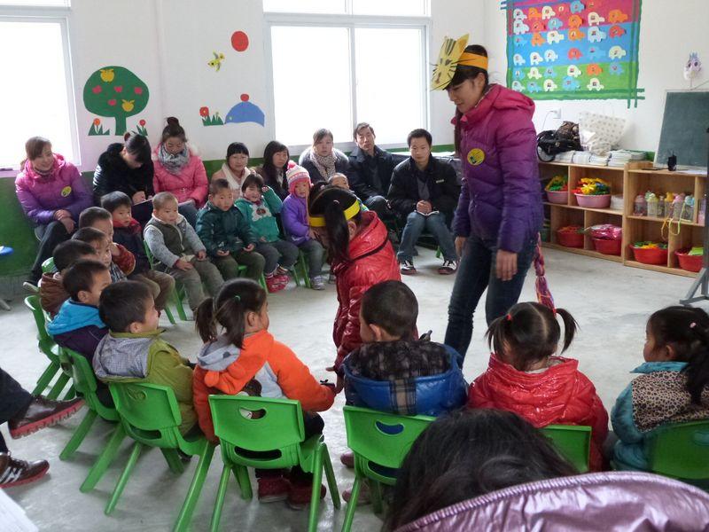 活动中,二幼艺术领域特长教师做了《幼儿园音乐活动形式探究》的