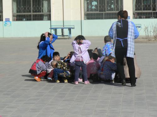 """此次地震演习让全园职工和幼儿进行""""应急"""